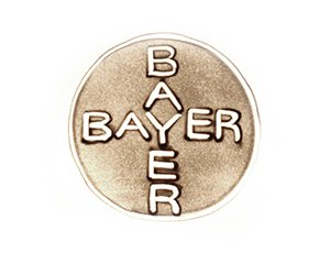 Bayer Logo in Sand gemalt
