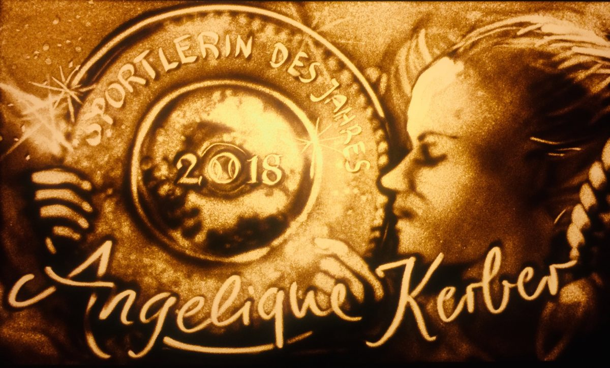 Angelique Kerber in Sand gemalt