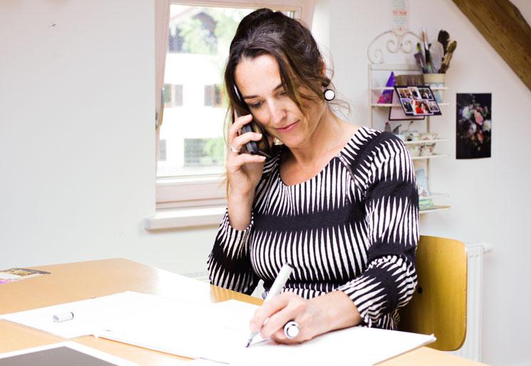 Frauke Menger während eines Briefings am Telefon