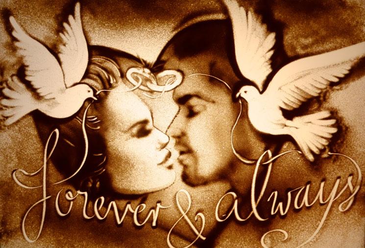 Sandbild eines sich küssenden Brautpaares