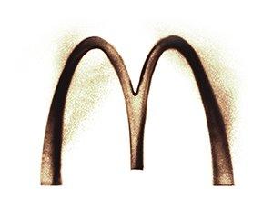 Mc Donald's Logo in Sand gemalt