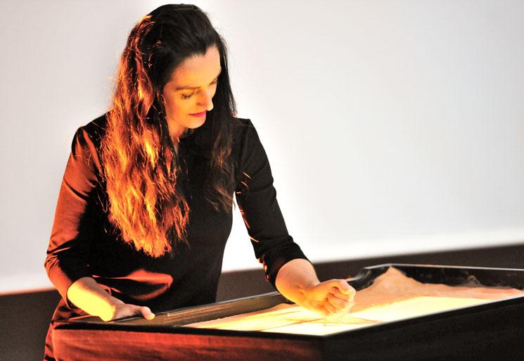 Frauke Menger beim Üben einer Sandmalerei Show