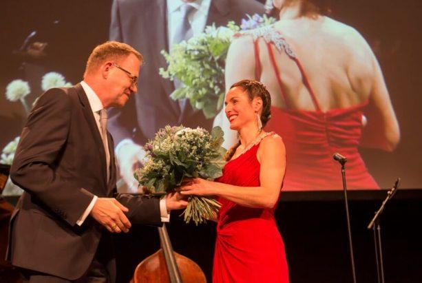 Frauke Menger mit Blumenstrauß
