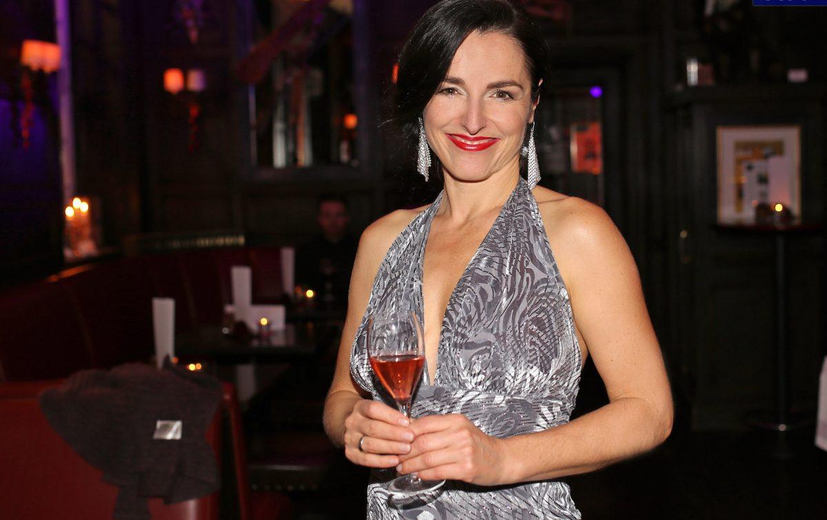 Frauke Menger mit Weinglas