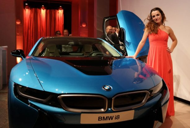 Frauke Menger vor dem neuen BMW i8