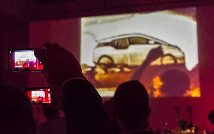 Mit dem Handy gefilmte Sandmalerei Show mit Bild des Bmw i3