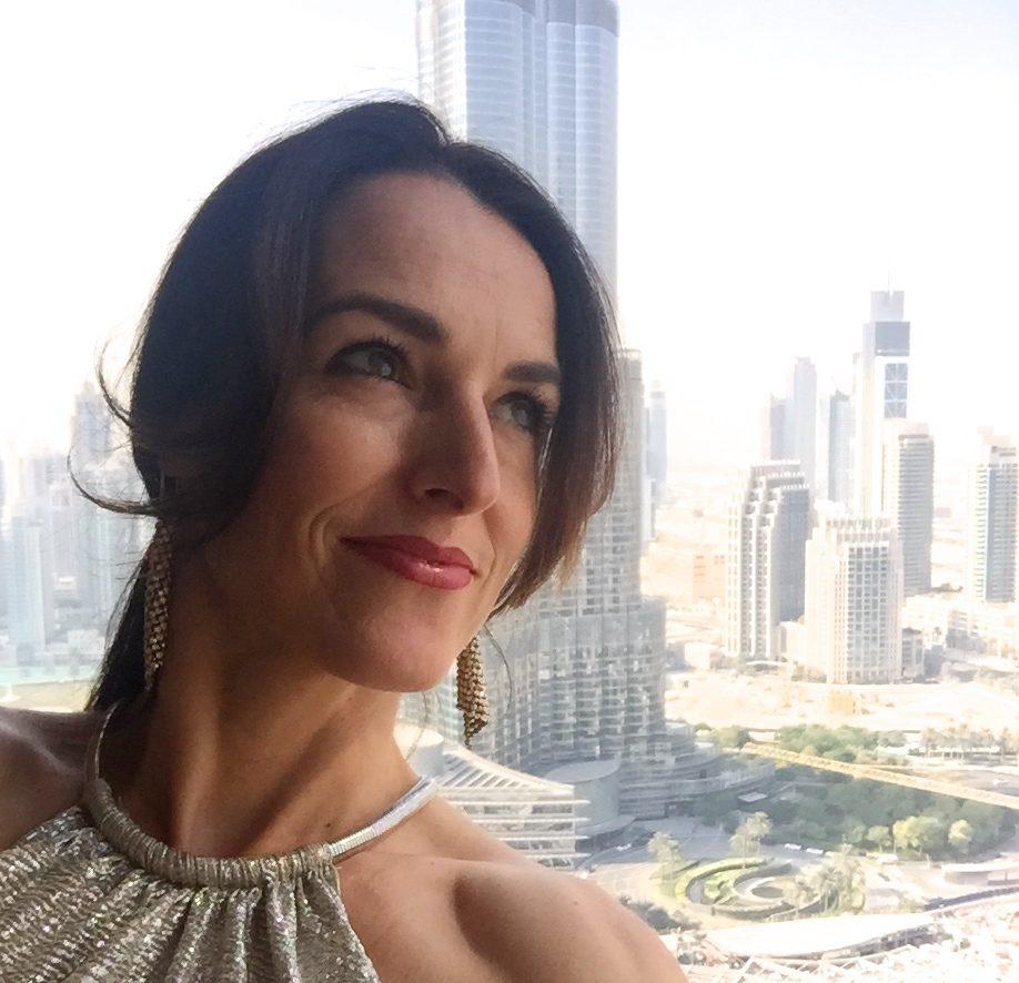 Frauke Menger vor dem BurjKhalifa in Dubai
