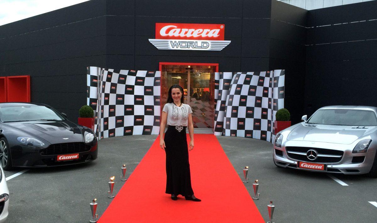 Frauke Menger auf dem roten Teppich vor der Carrera World