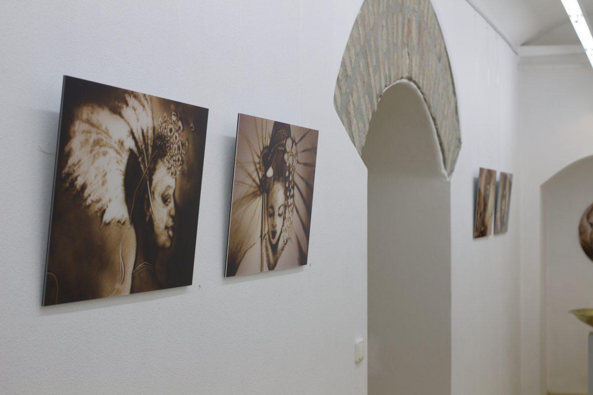 Sandbilder in einer Ausstellung