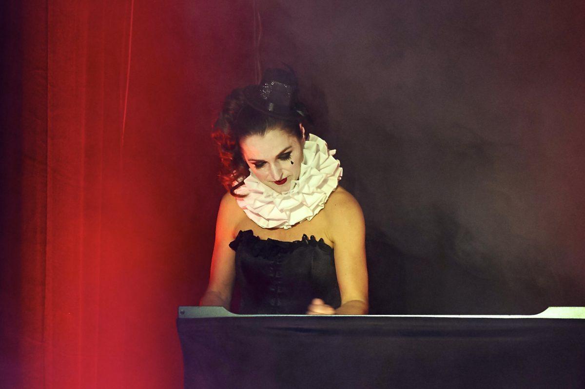 Frauke im Kostüm am Sandtisch