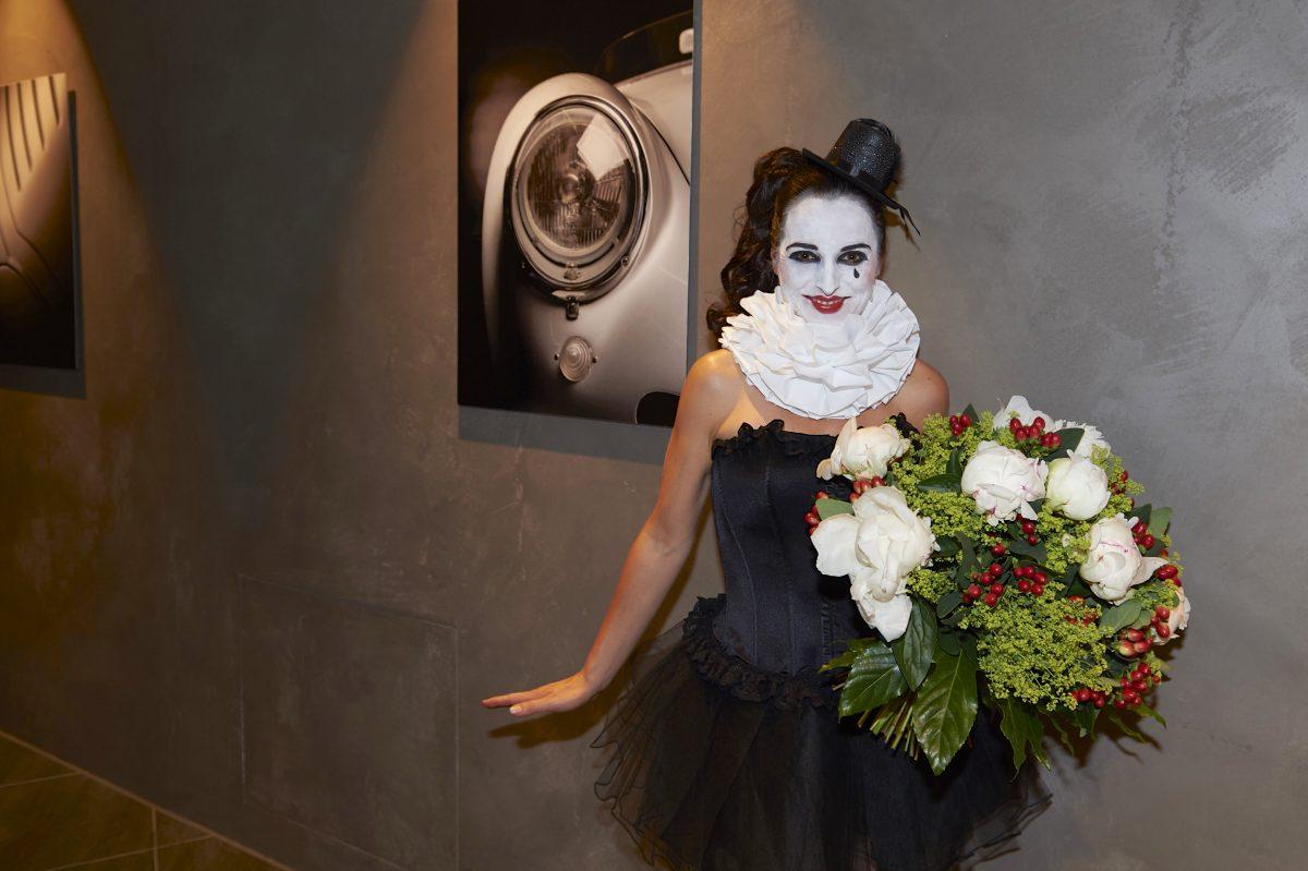 Frauke Menger als Pierrot mit Blumenstrauß