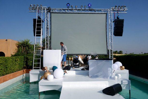 Bühne über einem Pool in Marrakesch