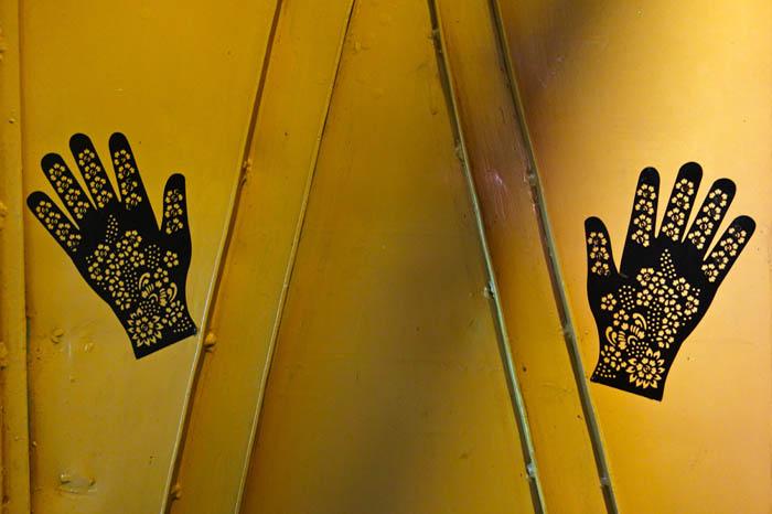 Hände vor gelbem Hintergrund