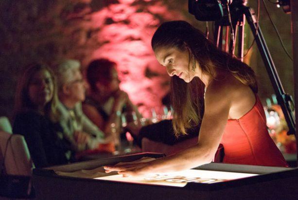 Frauke Menger am Sandtisch im Jagdschloss Platte bei Wiesbaden