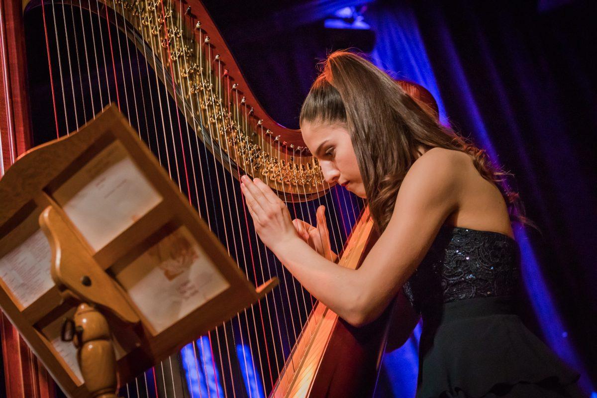 Mara Menger an der Harfe zu Sandmalerei