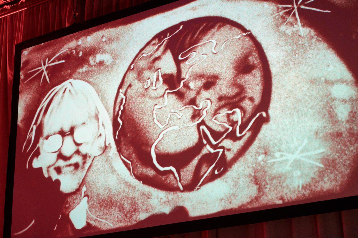 Übertragung der Sandmalereishow von Frauke Menger